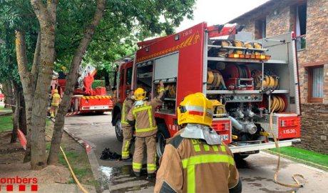 Bombers de la Generalitat de Catalunya treballen en l'extinció d'un incendi en un hotel de Fontanals de la Cerdanya