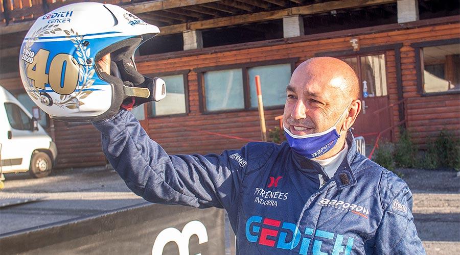 Gerard de la Casa mostra el casc commemoratiu dels 40 anys com a pilot