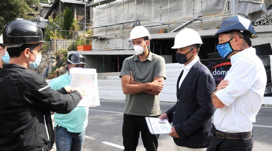 El secretari d'Estat d'Agricultura i Sostenibilitat, Marc Rossell, durant la visita d'una obra de construcció d'una casa passiva, amb consum energètic pràcticament nul.