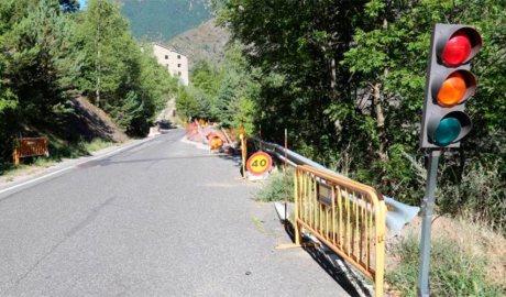Un semàfor regula el pas alternatiu a la CS130, a Sant Julià de Lòria