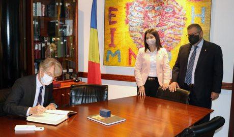 l'ambaixador de França, Jean-Claude Tribolet, signa el llibre de visites del Comú d'Encamp sota l'atenta mirada dels cònsols Laura Mas i Jean Michel Rascagnères
