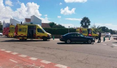 Dues ambulàncies actuant en un accident de trànsit a Menorca