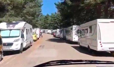 Autocaravanes aparcades a banda i banda de la carretera, a l'entrada de Sant Joan de l'Erm (Imatge: PNAP)