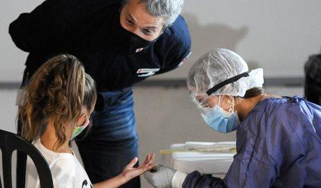 Tècncis sanitaris fan el test serològic de Covid19 a una nena