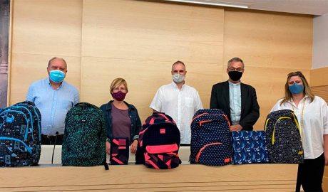 Representants de la parròquia de Sant Ot donen material escolar a Càritas Urgell i al Consorci d'Atenció a les Persones de l'Alt Urgell