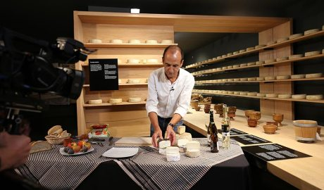 Una càmera grava un tast guiat de formatges