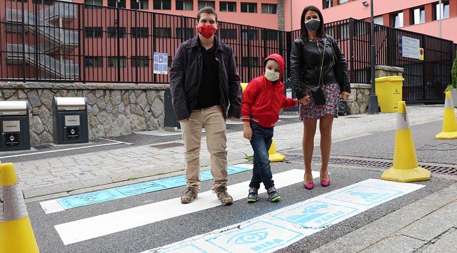 La cònsol major d'Encamp, Laura Mas, acompanya dos infants amb TEA en un pas de vianants senyalitzat amb pictogrames