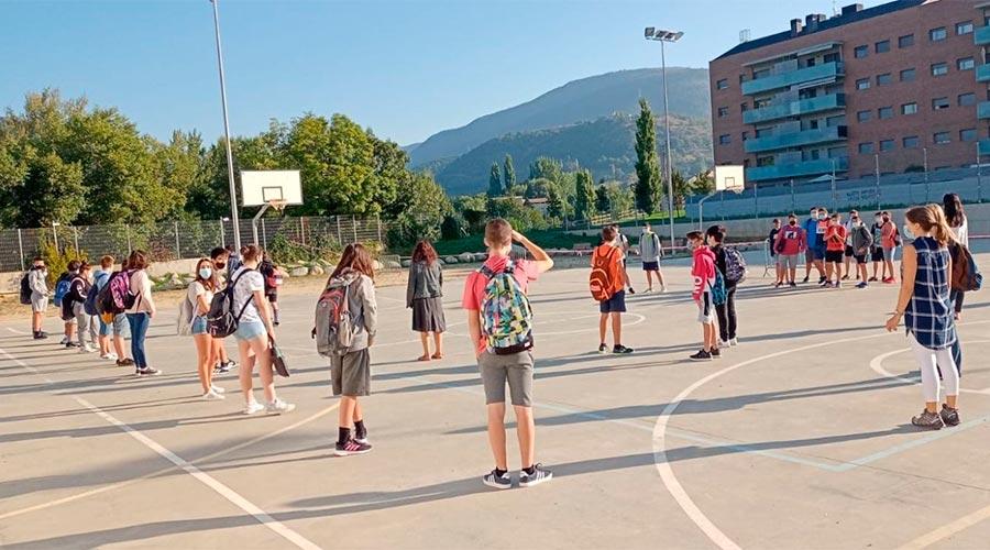 El pati de l'Institut La Valira de la Seu d'Urgell el primer dia del curs escolar 2020-2021
