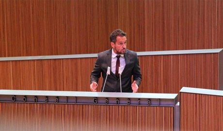 Pere López a la tribuna d'oradors del Consell General