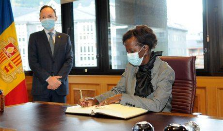 La secretària general de la Francofonia, Louise Mushikiwabo, signa el llibre d'honor al despatx del cap de Govern, Xavier Espot