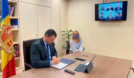 Gallardo signant telemàticament en nom d'Actua un acord amb GSIC de Microsoft