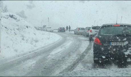 Les nevades han provocat complicacions a la xarxa viària del país