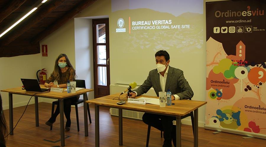 Cristina Viladevall, de Bureau Veritas, i el cònsol d'Ordino, Josep Àngel Mortés.