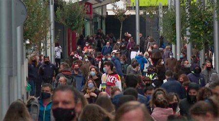 Turistes omplint l'avinguda Carlemany