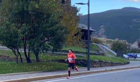 L'atleta David Piñol corrent davant de Sant Joan de Caselles