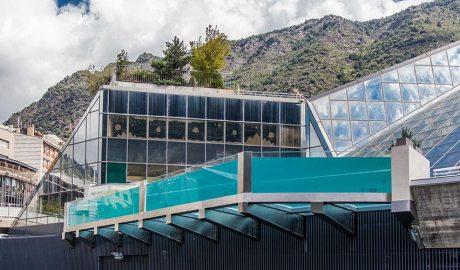 La piscina panoràmica de Caldea vista des de l'exterior