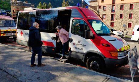 Una padrina surt d'una ambulància de la Creu Roja adaptada per fer de stoplab