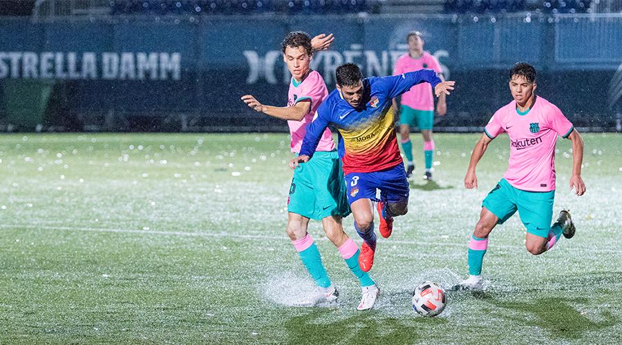 Borja lluitant per una pilota en el partit contra el Barcelona B