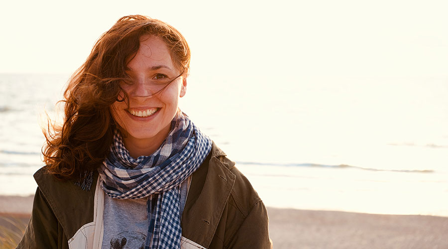 Noia amb fulard