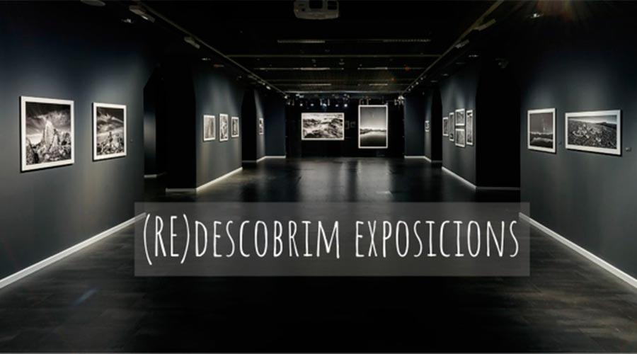 """Part d'una exposició amb el lema sobre escrit """"(Re)descobrim exposicions"""""""