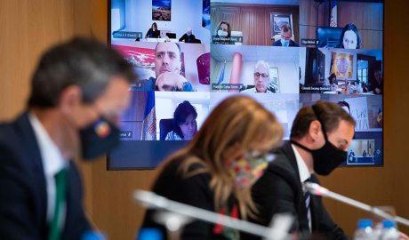 Astrié i Marsol en una reunió de cònsols telemàtica, amb els cònsols de les altres parròquies en una pantalla darrera d'ells