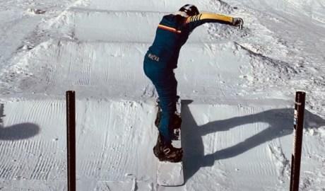 Maeva Estevez entrenant sobre l'snowboard