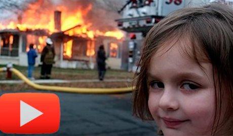 meme d'una nena mirant una casa que es crema