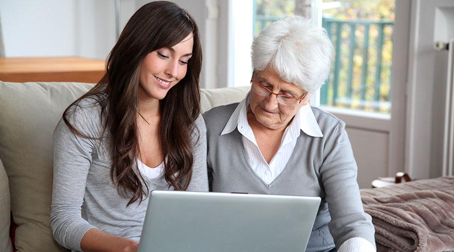 A Espanya, la malaltia d'Alzheimer afecta aproximadament 800.000 persones i es diagnostiquen a l'any al voltant de 40.000 nous casos, segons apunta la Sociedad Española de Neurología (SEN). Tenint en compte que el 80% dels casos que són lleus estan sense diagnosticar, cal desenvolupar nous mètodes que contribueixin a una detecció precoç de la malaltia. En aquest sentit, IBM Research ha dut a terme juntament amb Pfizer, un model basat en intel·ligència artificial capaç de predir amb un 71% de precisió l'aparició de l'Alzheimer en persones sanes.  Aquesta recerca, publicada en The Lancet eClinical Medicine, ofereix avanços importants en la cerca de vies diferents per a predir l'Alzheimer. La gran majoria de recerques existents sobre la predicció d'aquesta malaltia s'han centrat en persones que començaven a mostrar signes de deterioració cognitiva, o aquells amb factors de risc com els antecedents familiars o la genètica. No obstant això, la malaltia d'Alzheimer pot afectar un ampli espectre de persones, incloses aquelles sense antecedents familiars o altres factors de risc. És per això que l'estudi d'IBM Research és un dels primers a utilitzar la IA per a predir resultats en persones sanes sense altres factors de risc en joc.  El model d'IA utilitza petites mostres no invasives del llenguatge del pacient obtingudes a través de tests cognitius. A través de marcadors lingüístics, el model d'IA produeix uns resultats predictius valuosos, amb una taxa d'encert superior a les prediccions a escala clínica (59%) basades en altres dades biomèdiques disponibles