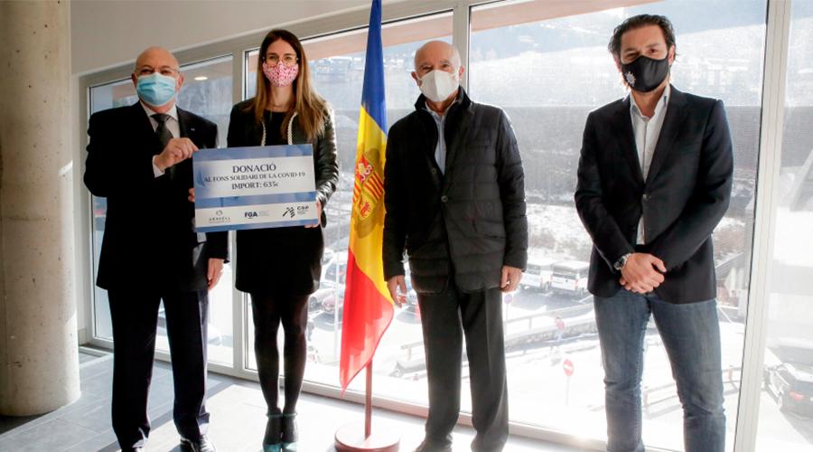 La ministra de Cultura i Esports, Sílvia Riva, ha rebut el xec de les entitats del golf.
