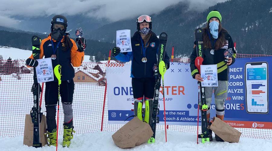 Mijares, a la dreta de la imatge, sosté el certificat de segona classificada