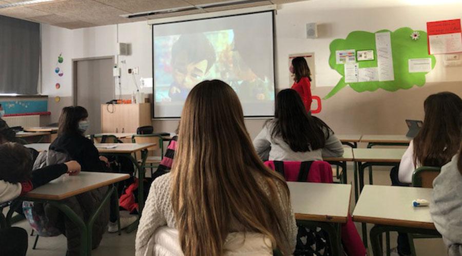 Uns alumnes mirant un audiovisual a classe.