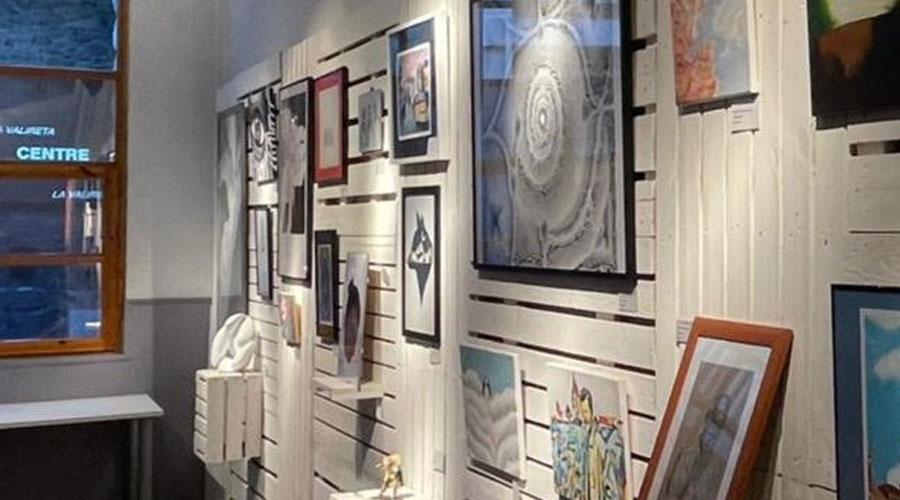Alguns treballs presentants al IX Concurs d'arts plàstiques per a joves exposats a Encamp