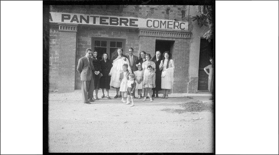 Una família davant el comerç Pantebre. Foto: Fons Francesc Pantebre Arqués / Arxiu Nacional d'Andorra