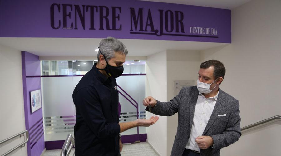 Fernández rep les claus del Centre Major de mans de Majoral