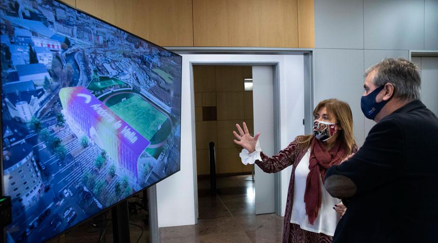 Marsol i Cervós observen una imatge del projecte de l'Estadi Comunal en una pantalla.