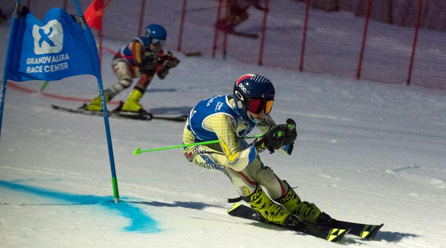 Dos esquiadors competint en el National Team Event del Trofeu Borrufa 2021
