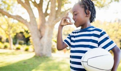 Nen asmàtic amb una pilota de rugbi