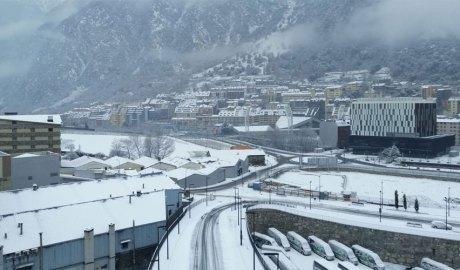 Vista de la seu de la Justícia des de Terra Vella un dia de nevada