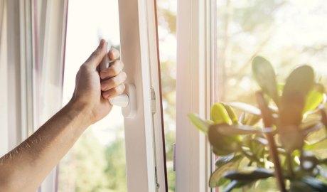 Obertura d'una finestra per a ventilar una habitació
