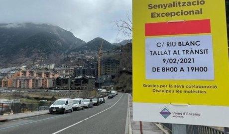 Un cartell anuncia el tall de circulació del carrer Riu Blanc d'Encamp per al dia 9 de febrer del 2021