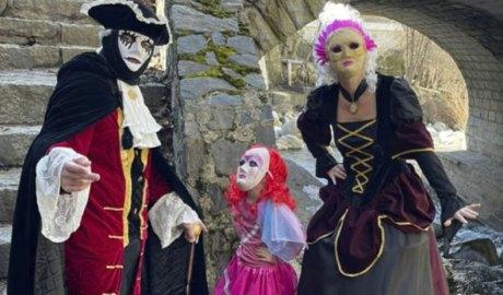 Tres persones disfressades amb vestits d'època al pont de les Bons d'Encamp
