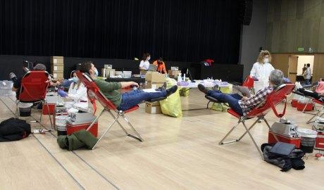 La sala del Prat del Roure amb donants de sang i professionals sanitaris