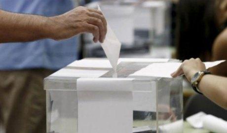 Una persona diposita un vot en una urna