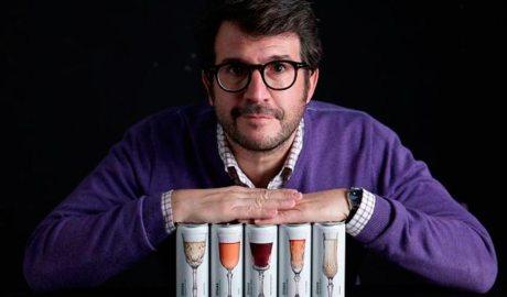 Joan Anton Romero amb el seu vi enllaunat