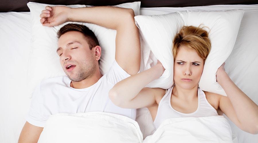Un home roncant al llit