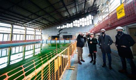 La cònsol major, Conxita Marsol, el cònsol menor, David Astrié i el conseller d'Esports i Joventut, Aalin Cabanes, acompanyants dels tècnics, en l' inici de la reconstrucció del Centre esportiu dels Serradells. Foto: Comú d'Andorra la vella / Tony Lara
