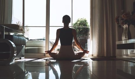 Una noia fent mindfulness