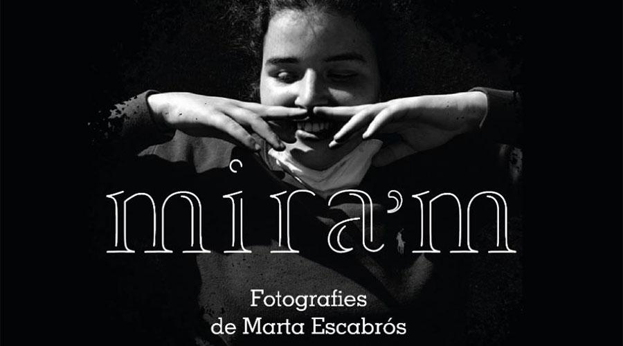 Part del cartell de l'exposició Mira'm, de fotografies de Marta Escabrós, que organitza Autea
