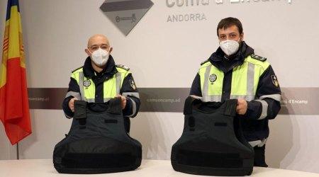 Dos agents de circulació d'Encamp mostren les armilles de protecció