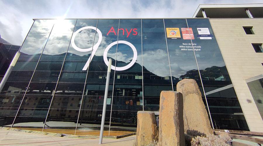 La façana de la seu d'Andbank amb el logotip del 90 aniversari. Foto: Andbank